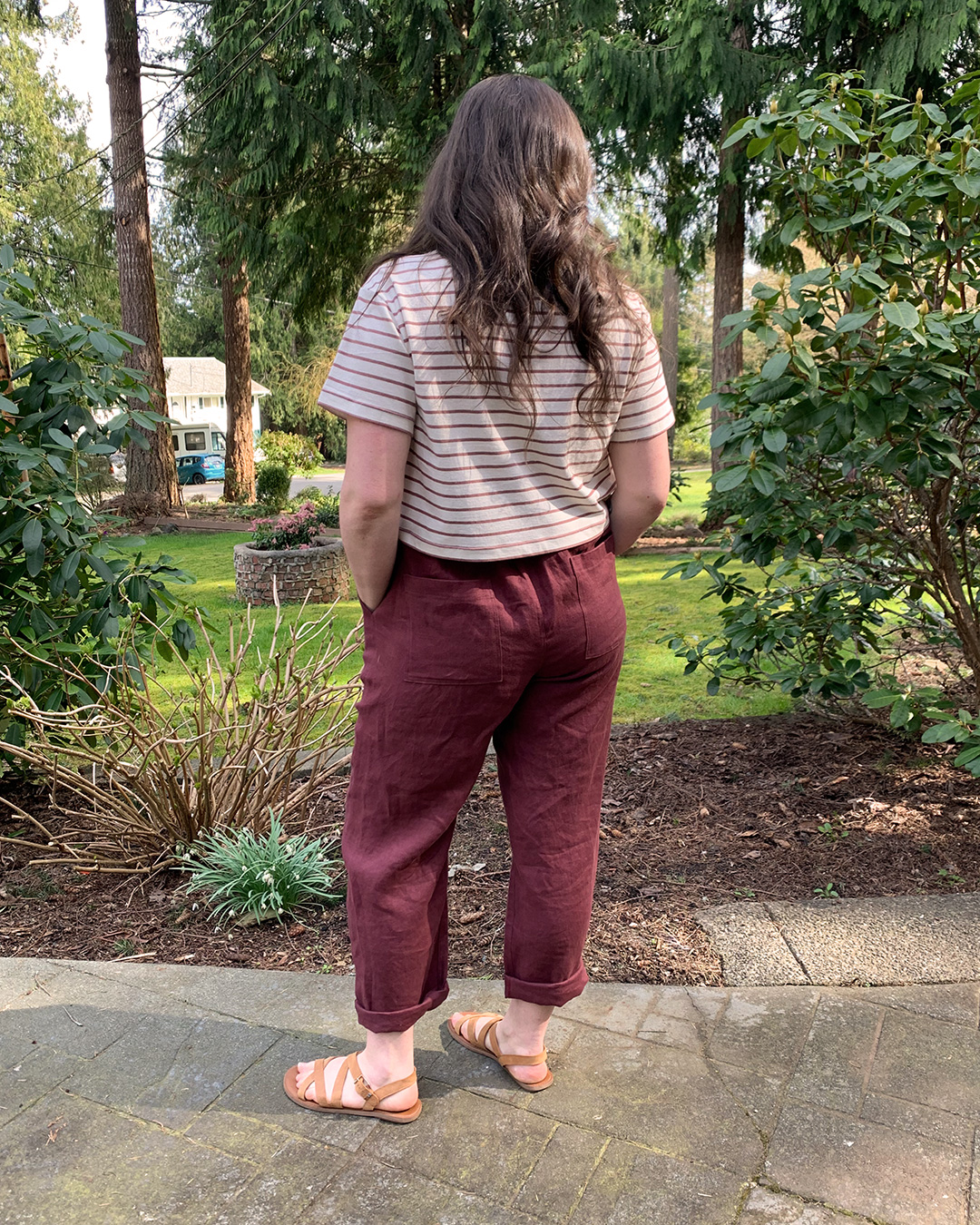 Back view of Helen's outfit: a cropped t shirt and linen pants. Sewing patterns are the Jackson Tee and Arden Pants from Helen's Closet Patterns.